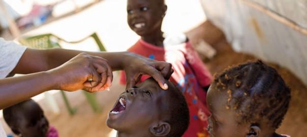 Encara que les vacunes, descobertes al segle XVIII, ja fa molt de temps que estan provant la seua eficàcia, salvant vides i eradicant xacres passades –especialment la verola i, pràcticament, la poliomielitis–, alguns llocs del món rebutgen les immunitzacions. / United Nations / J.C. Mcllwaine