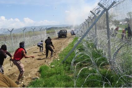 Refugiats en territori macedoni contenint als antiavalots