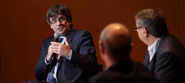 Carles Puigdemont, Vicent Partal i Lluís Llach, a l'acte de VilaWeb (fotografia: Albert Salamé).