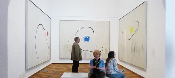 L'historiador de l'art davant del trípic 'L'esperaça del condemnat a mort' (1974).