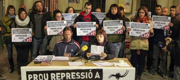 El grup de suport Teti Absolució llegint un comunicat, dies enrere