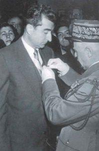 Ignasi Fortuny Tarrés rep una condecoració de mans del general Larminat (Fotografia Arxiu família Fortuny)