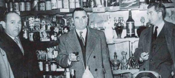 Paul Ricard, amb una copa, i Ignasi Fortuny Tarrés (dreta). (Fotografia Taurino)
