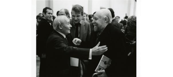 Joan Miró saluda el també surrealista André Masson, en presència del pintor Francis Bacon, a París el 1971. Fotografia: André Morain (cortesia de la Francis Bacon MB Art Foundation. MB Art Collection).