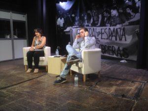 Owen Jones i Dolors Llobet a l'acte de CCOO a Barcelona (Foto: ABC)