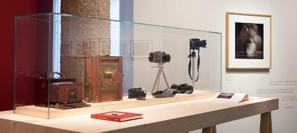 Les diferents càmeres que va utilitzar el fotògraf, a l'exposició 'Toni Catany. D'anar i tornar'.