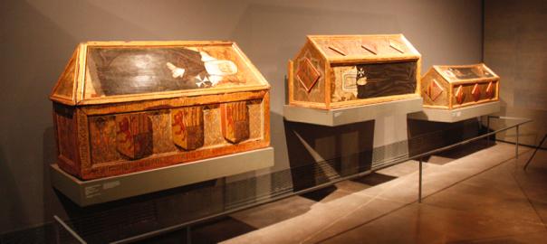 Tres dels sarcòfags de les monges de Sixena que es troben exposats al Museu de Lleida.