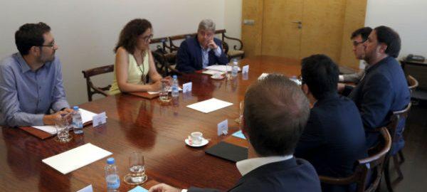 Imatge general de la reunió, amb Oriol Junqueras a un costat i Catalina Cladera davant seu, amb Guillem López-Casasnovas a dalt a l'esquerra, i Josep Lluís Salvadó i Pere Aragonès al costat del vicepresident.