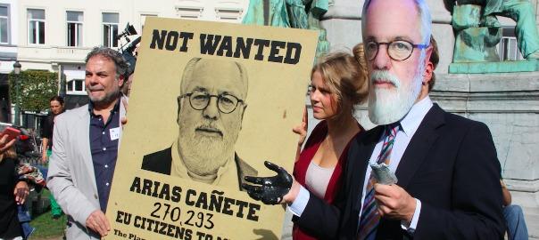 Protesta contra el nomenament de Miguel Arias Cañete com a eurocomissari d'Energia i Canvi climàtic, davant el Parlament Europeu, el 2014.
