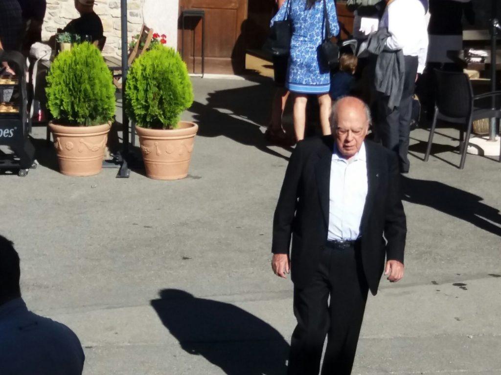 Jordi Pujol sortint del restaurant Das 1219.