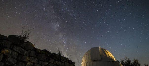 La Via Làctia amb la cúpula de l'observatori de Castelltallat (fotografia d'Albert Salamé)