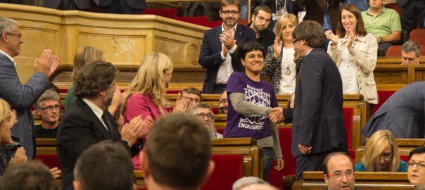 Anna Gabriel i Carles Puigdemont encaixen les mans al parlament (fotografia: Parlament de Catalunya).