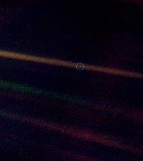 El 'punt blau pàl·lid'. La fotografia de la Terra presa el 1992 per la sonda Voyager 1 a una distància de 6.000 milions de quilòmetres de nosaltres.