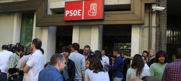 Periodistes a la seu del carrer Ferraz (ACN)