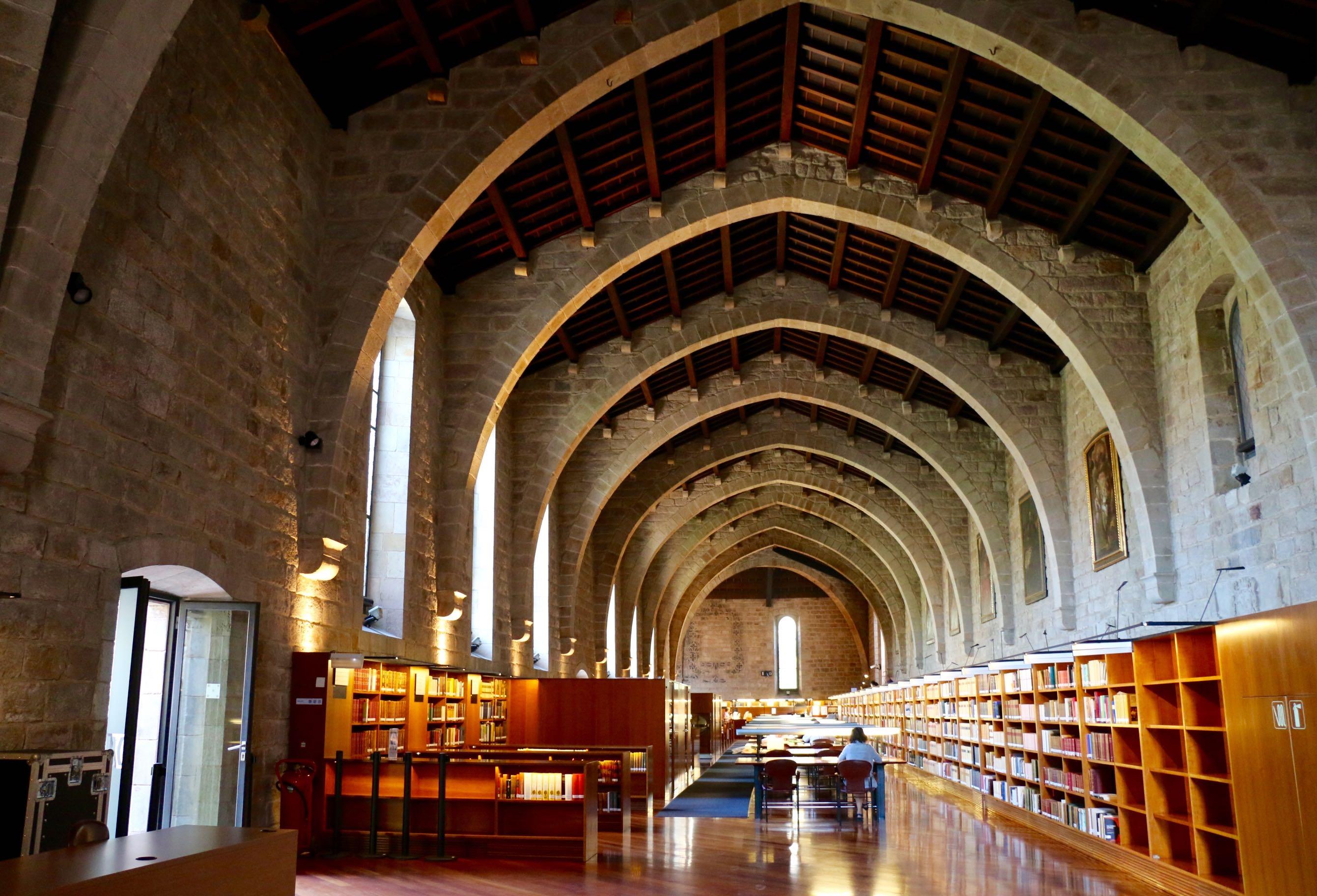 Sala de lectura de la Biblioteca de Catalunya. Havia estat una de les sales de malalts de l'Hospital de la Santa Creu