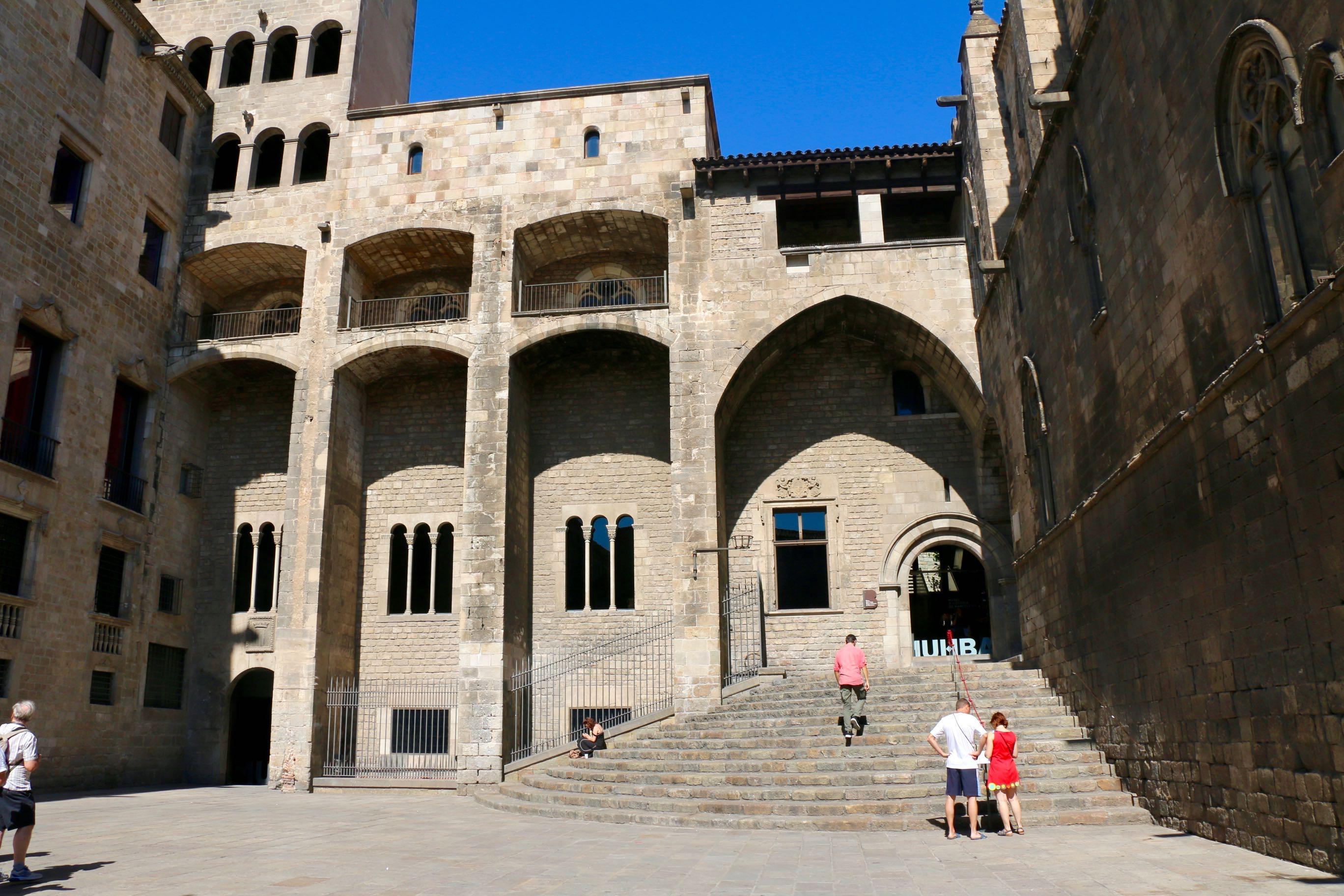 Plaça del Rei. S'hi pot veure la façana del Palau Major, al fons, i la Capella de Santa Àgata, a la dreta