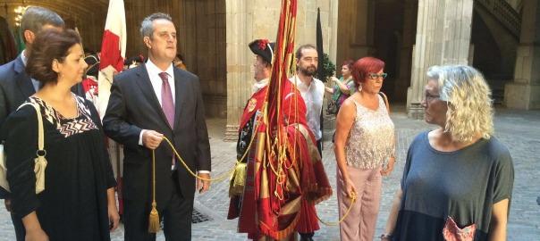 La Coronela sortint des de l'Ajuntament de Barcelona amb els regidors de CDC, ERC i la CUP