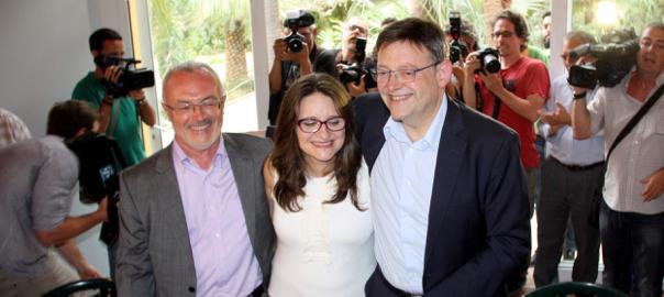 El candidat de Podem, Antonio Montiel, la candidata de Compromís Mónica Oltra i el candidat socialista Ximo Puig s'abraçaven després de signar aquest dijous l'Acord del Botànic.