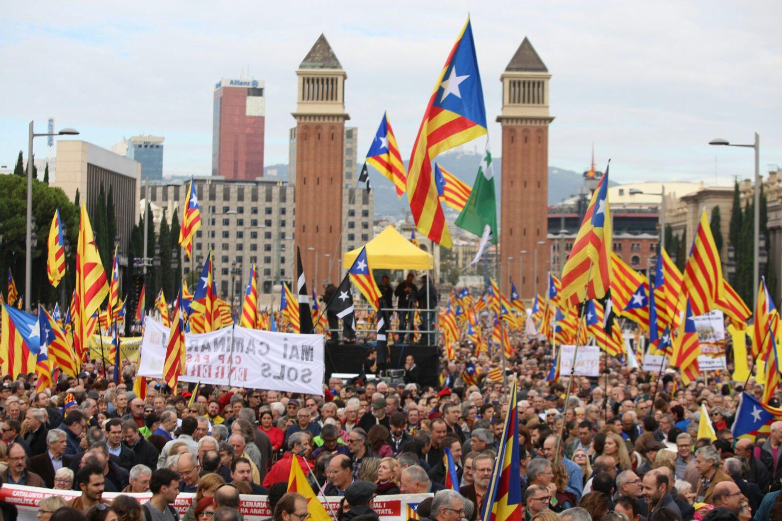 L'avinguda Maria Cristina plena (foto: Albert Salamé)