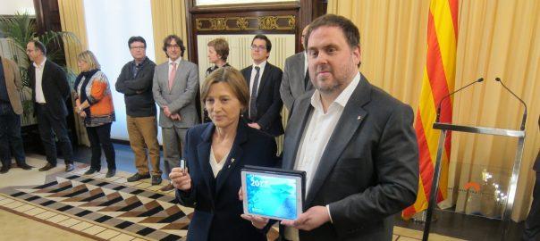 El vice-president Oriol Junqueras lliura el pressupost del 2017 a Carme Forcadell, presidenta del Parlament de Catalunya.