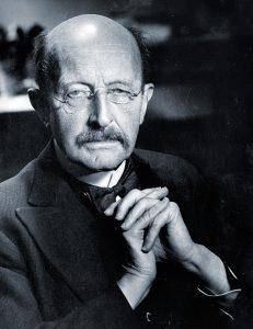 Max Planck era el president de la Societat Kàiser Wilhelm, que administrava institucions clau de la ciència alemanya. Quan l'abril de 1933 es va conèixer la notícia sobre la Llei de Servei Civil –que expulsava els jueus i els opositors polítics de centres de poder i influència–, Planck feia vacances a Sicília i no va creure necessari tornar i afrontar les conseqüències. No va ser per indiferència, es tractava més aviat d'una greu subestimació de la naturalesa del programa nacionalsocialista. En la imatge, Max Planck el 1936. / Arxius de la Societat Max Planck, Berlín-Dahlem