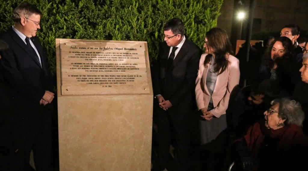 El president Ximo Puig i la vice-presidenta Mònica Oltra en un homenatge als empresonats a Sant Miquel dels Reis durant la dictadura franquista