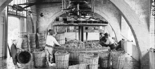 La primera premsa hidràulica de Can Codorniu, que segueix avui intacta al seu celler.