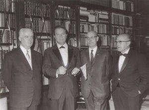 Després del tancament governatiu d'Òmnium Cultural el 1963, com a secretari general de l'entitat, J.B. Cendrós en va obrir una delegació a París, Òmnium Culturel París, va crear un Butlletí i estendre arreu del món la idea de l'associació en pro de la cultura catalana. La internacionalització del fenomen va espantar les autoritats franquistes i, l'octubre de 1967, van permetre la reobertura de l'entitat a Barcelona (foto Pau Riera, JBC, Joan Vallvé, Lluís Carulla). En la fotografia, en Cendrós hi surt amb les claus del Palau Dalmases. El lema era sortir sempre somrients, projectius, convençuts. Mai mostrar-se com a vençuts. Amb Òmnium Cultural, el grup dels fundadors era conscient d'estar encapçalant una revolució cultural de primer ordre, com les que per aquells anys 60 s'estaven duent a terme a Pequín o París.
