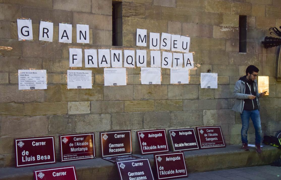 """Acció d'Arran Lleida que portava com a títol """"Inauguració del gran museu del franquisme"""", després que el ple rebutgés la moció presentada per la Crida per Lleida-CUP i ERC que demanava retirar noms franqusites dels carrers de Lleida"""