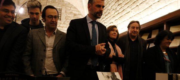 El conseller Santi Vila, el tinent d'alcalde Gerardo Pissarello, la vídua de Vázquez Montalbán, Anna Sallés, entre altres, observen una taula amb elements del fons documental de l'escriptor