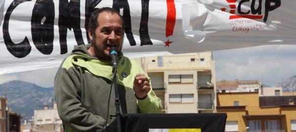 Primer pla de l'exdiputat de la CUP David Fernàndez, durant un parlament a Tortosa