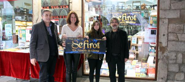 Els responsables del joc, Kim Planella i Judith Hierro, amb la batllessa de Girona, Marta Madrenas i el responsable de la llibreria on es promociona.