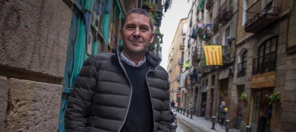 Arnaldo Otegi, al Raval de Barcelona (fotografia: Albert Salamé).