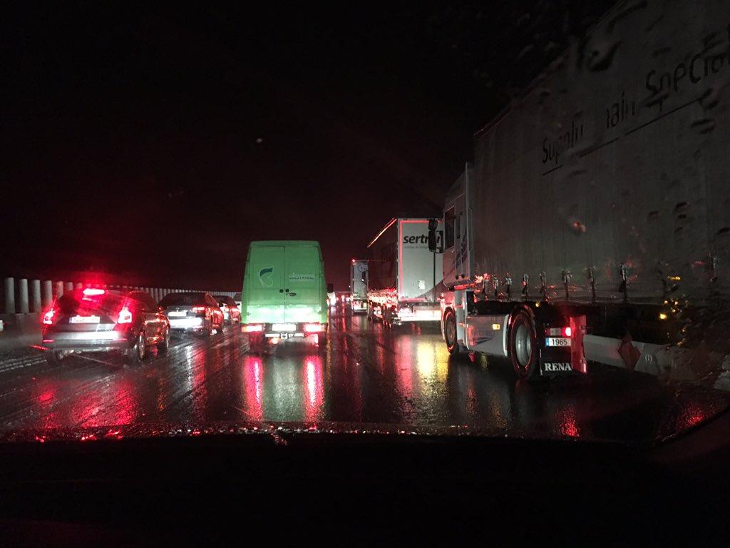 Camions atrapats al viaducte de Bunyol