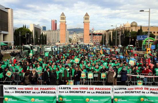 Mobilització d'Unió de Pagesos a l'Avinguda Maria Cristina de Barcelona.