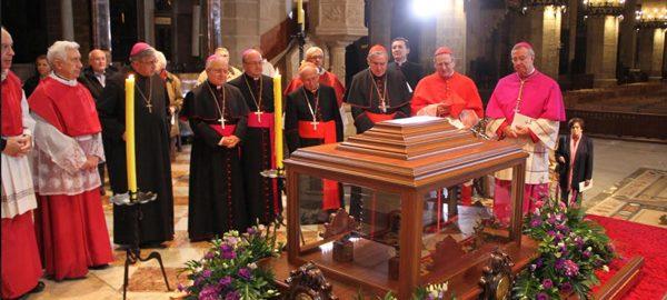 Bisbes valencians, catalans i mallorquins, amb l'abat de Montserrat, davant les relíquies de Ramon LLull