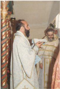 L'arquebisbe Capucci en rebre les ofrenes