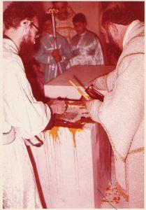 L'arquebisbe vessant una barreja de crisma i encens sobre l'altar, en la consagració de l'esglesia del monestir de l'Emmanuel, a Betlem, el 31 de desembre de 1972