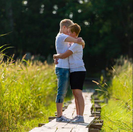pareja-lesbianas-mujeres-abrazadas