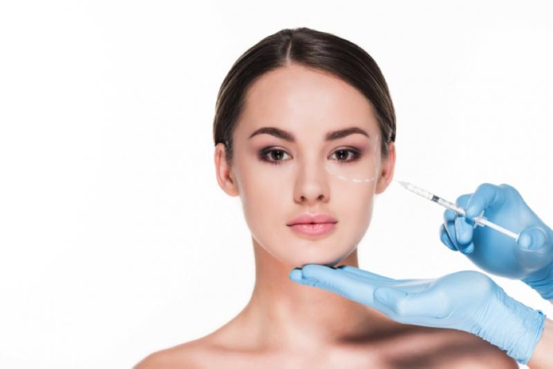 Tratamiento de relleno de ácido hialurónico para eliminar las ojeras