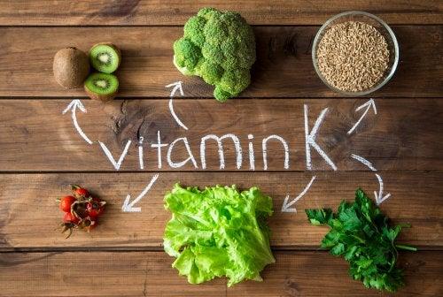 Usar vitamina k y otras vitaminas para eliminar ojeras