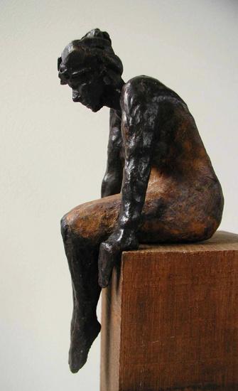 Beeld brons kleine zittende vrouw - Eliassen Home & Garden Pleasure