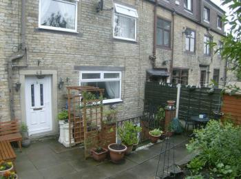 2 Bedrooms Terraced House for sale in Poplar Avenue, Rochdale. A two bedroomed three storey character cottage built circa 1820 in quiet backwater yet still close to amenities with garden area to the front.