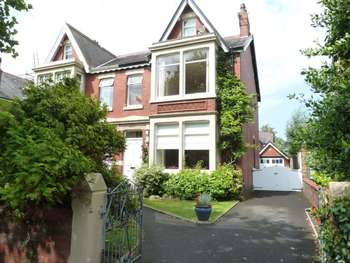 4 Bedrooms Semi Detached House for sale in Riversleigh Avenue, Lytham