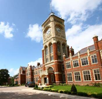 3 Bedrooms Flat for sale in Royal Connaught Park, Royal Connaught Drive, BUSHEY, Hertfordshire, WD23 2RA