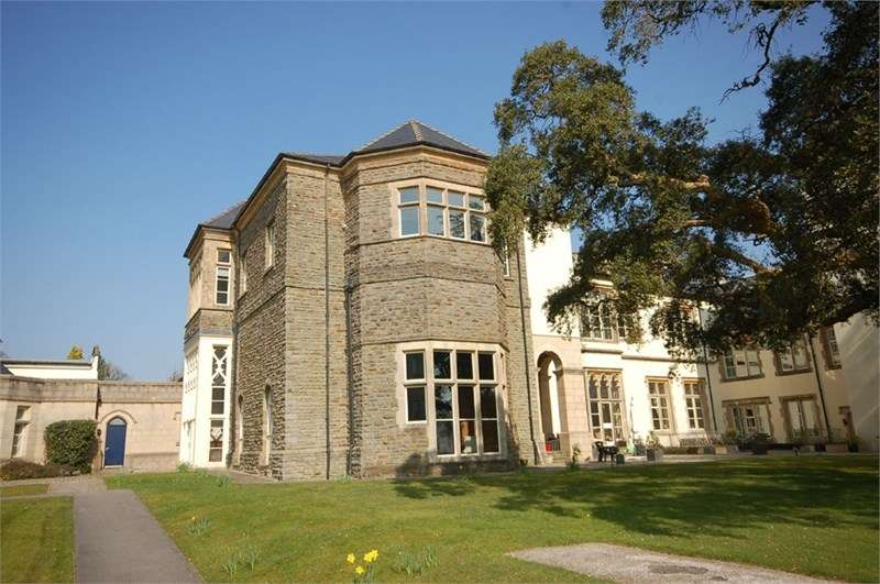 2 Bedrooms Flat for sale in 16 The Manor, Talygarn, Pontyclun, CF72 9WT
