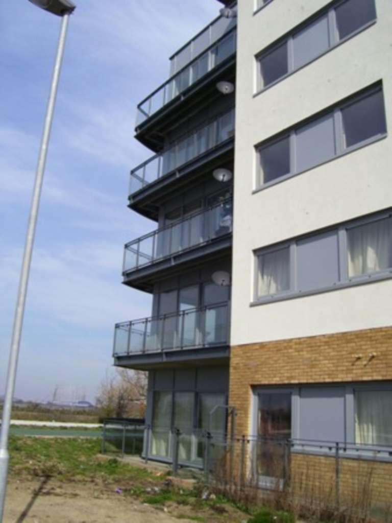 2 Bedrooms Apartment Flat for sale in Bridge House, Defence Close, SE28 0NR