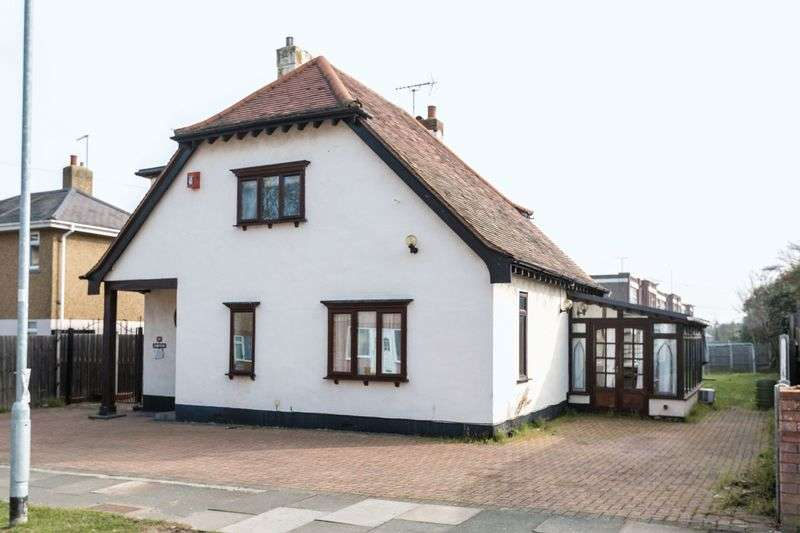 3 Bedrooms Detached House for sale in Colemans Avenue, Westcliff-On-Sea