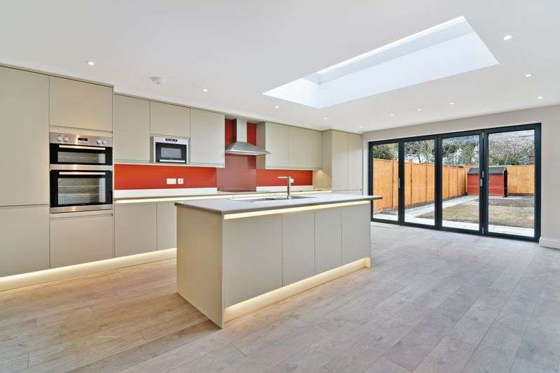 4 Bedrooms Terraced House for sale in Middle Way, Streatham, London