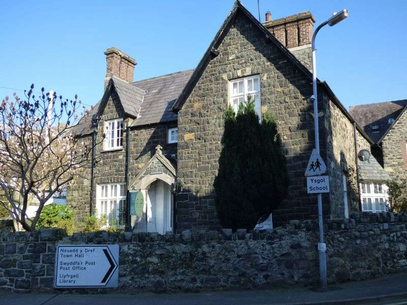 5 Bedrooms Detached House for sale in Village Road, Llanfairfechan